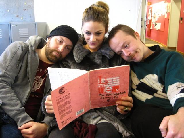 Jenny les for Erlend og Steinjo. Foto: Maria Olivia Rivedal