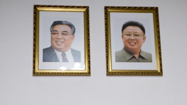 Portrett av to tidligere ledere i Nord-Korea. Fra høyre Kim Il Sung og Kim Jong Il.  (FOTO:  AP/Andy Wong).