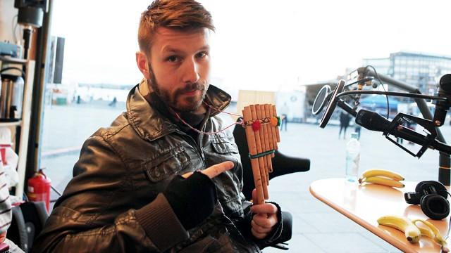 Thomas Eriksen med instrument (FOTO: P3)