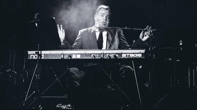 Tore jazzer der opp bak pianoet (Foto: Kim Erlandsen, NRK P3).