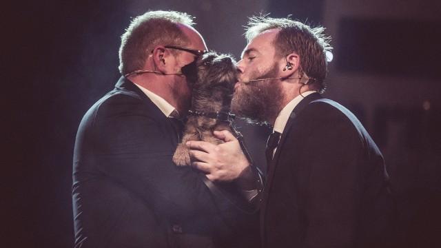 Steinar og Tore kysser Biggie (Foto: Kim Erlandsen, NRK P3).