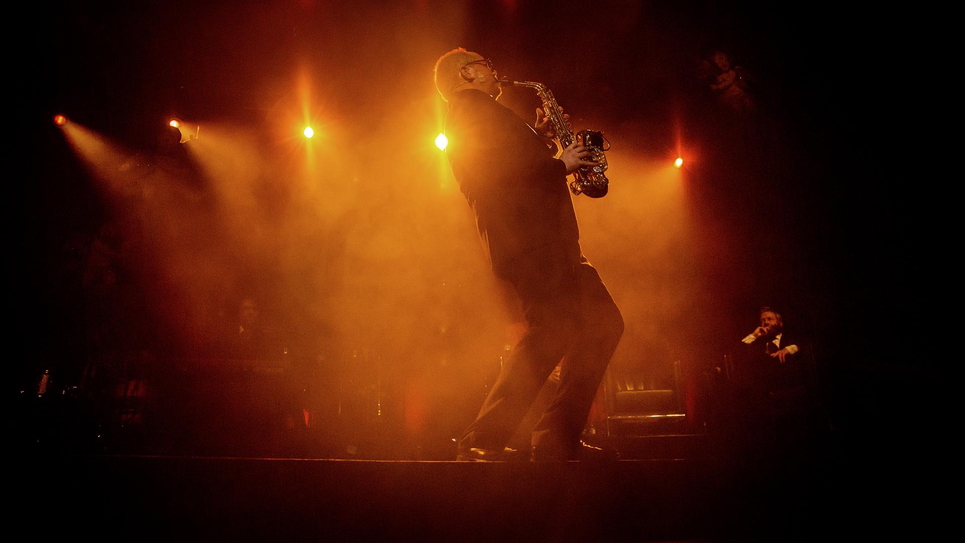 Steinar jazzer det opp på saxofon (Foto: Kim Erlandsen, NRK P3).
