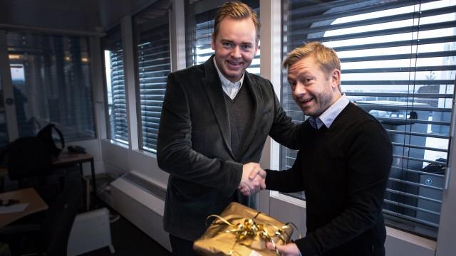 Tore har nettopp gitt Bjarte årets julegave på RR-kontoret (Foto: Kristoffer Pettersen Rambøl, NRK P3).