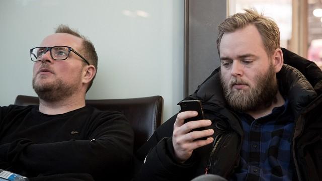 Steinar og Tore venter på Gardermoen (Foto: Jonas Bødtker, NRK P3).
