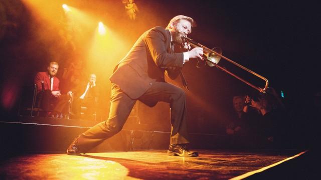Bjarte trakterer trombonen (Foto: Kim Erlandsen, NRK P3).