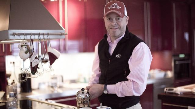 William Brendeford lager kaffe (Foto: Jonas Bødtker, NRK P3).