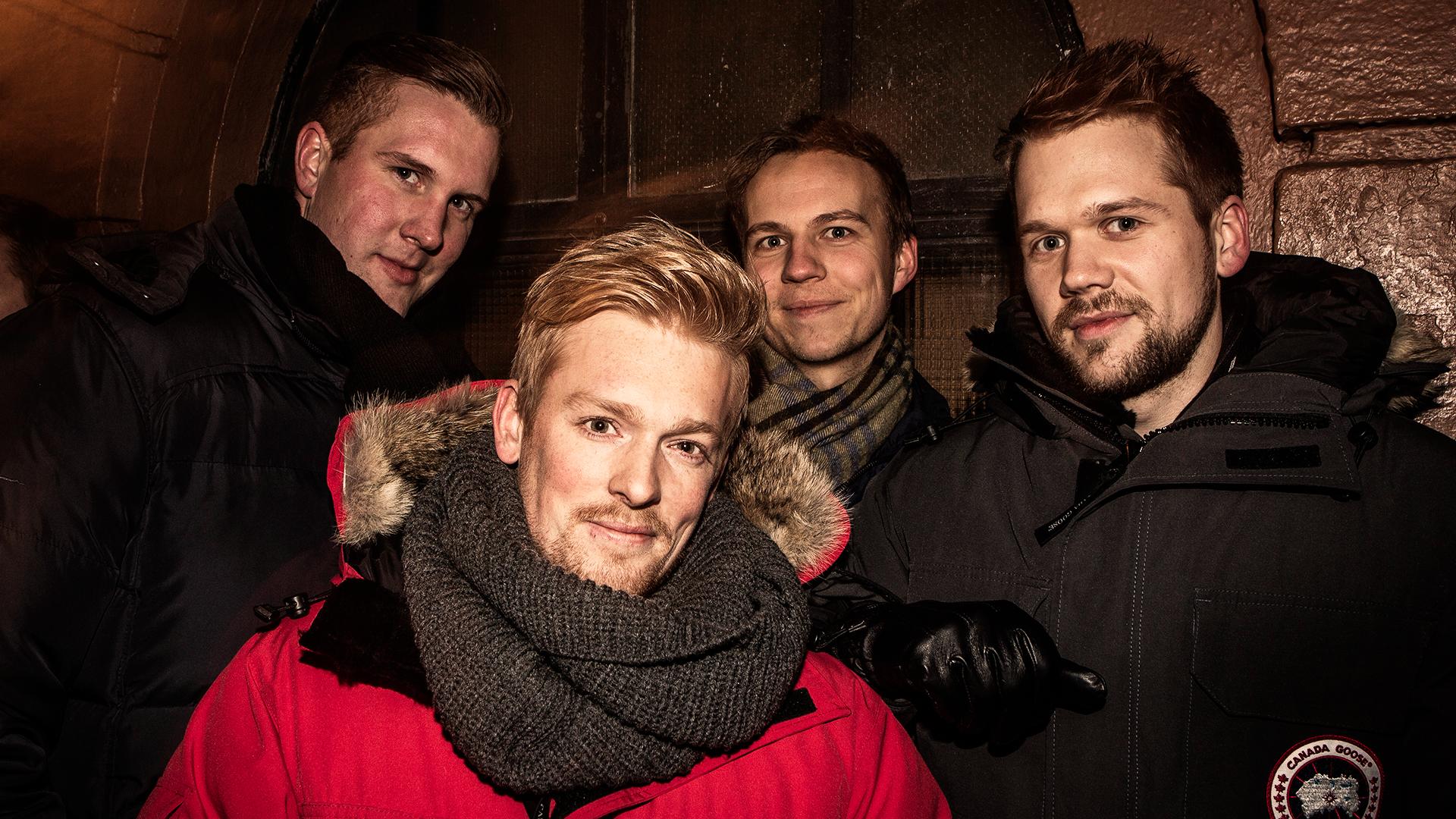 RR-fans. Bak fra venstre: Thomas Martinsen (25), Tony Andre Johnsen (26) og Ole Martin Snortheim (25). Foran: Kim Arne Tveit(26). Foto: Tom Øverlie/NRK.