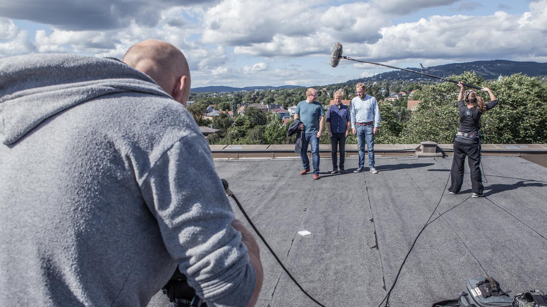 Steinar, Tore og Bjarte på taket under innspilling til Valgvake-promo 2013. Foto: Mattis Folkestad/NRK.