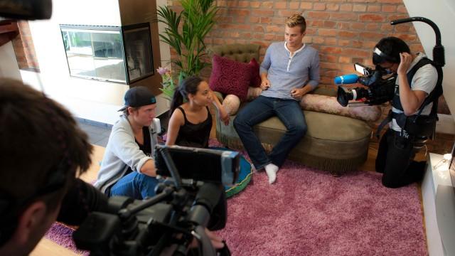 Deltakere og kameracrew på plass i leiligheten hvor Benjamin, Johanna og Even bor sammen. (Foto: Marius Arnesen, NRK)